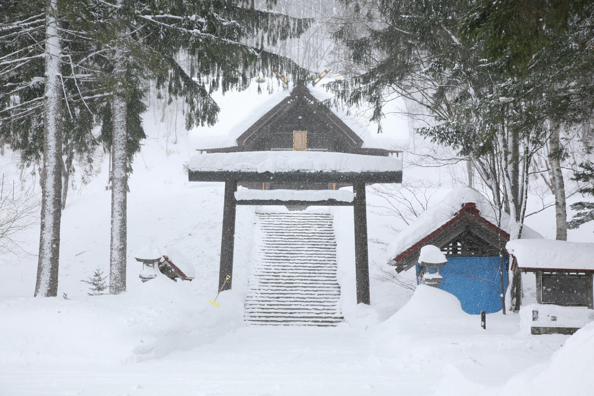 雪の中の神社 冬の北海道の風景