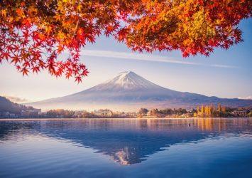 紅葉と富士山 秋の河口湖 山梨の風景