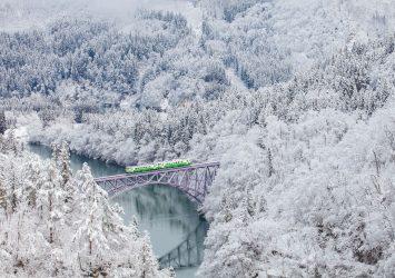 冬の只見線と只見川の風景 福島の風景