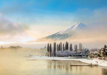 冬の富士山と河口湖 山梨の風景