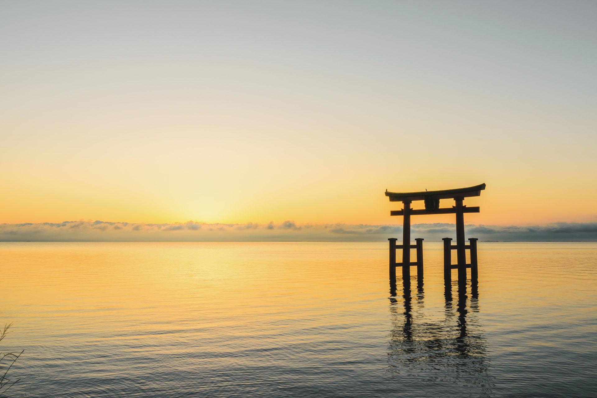 琵琶湖に浮かぶ大鳥居と朝日の風景 滋賀の風景