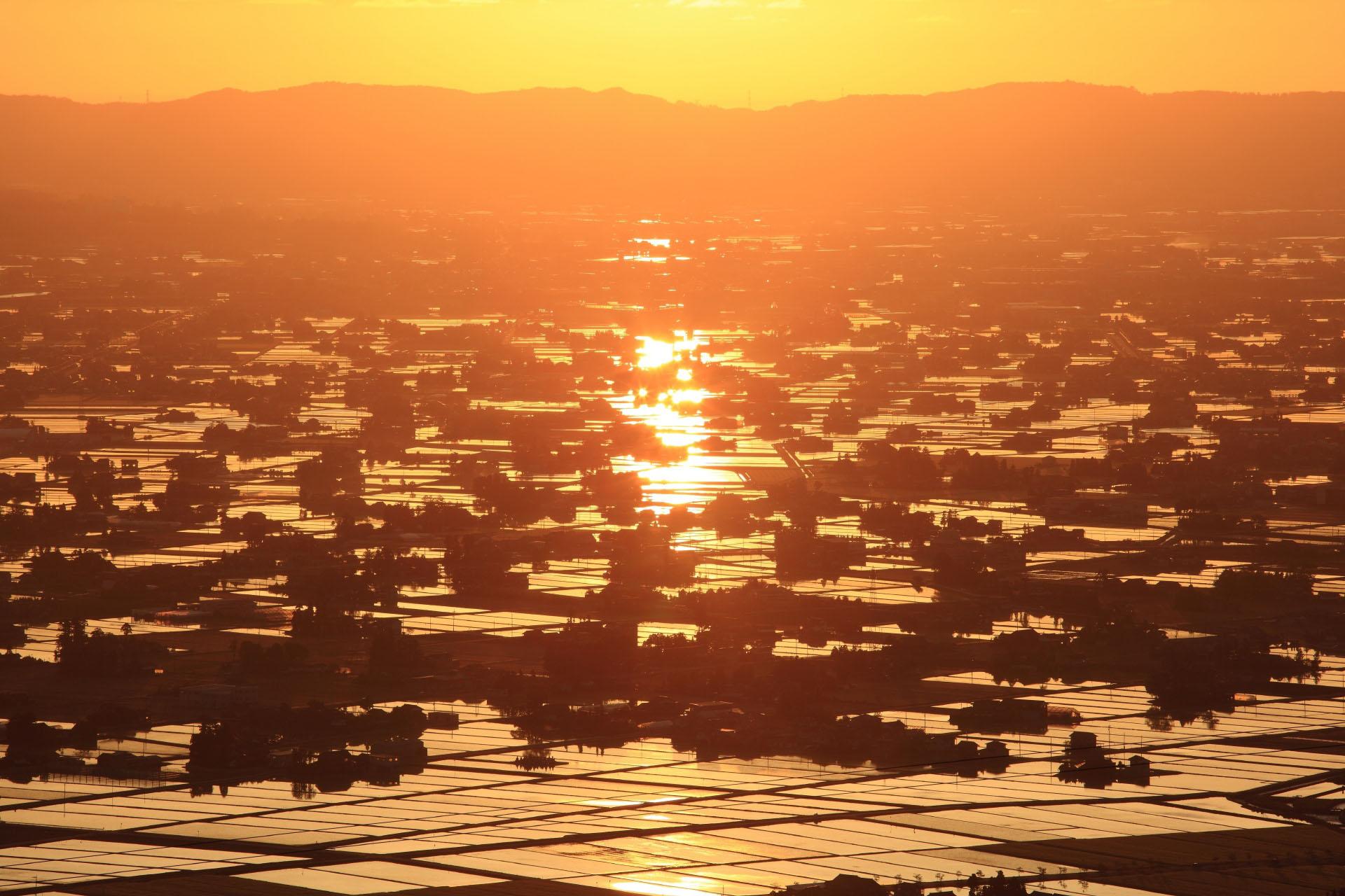砺波平野 散居村の夕日 富山の風景