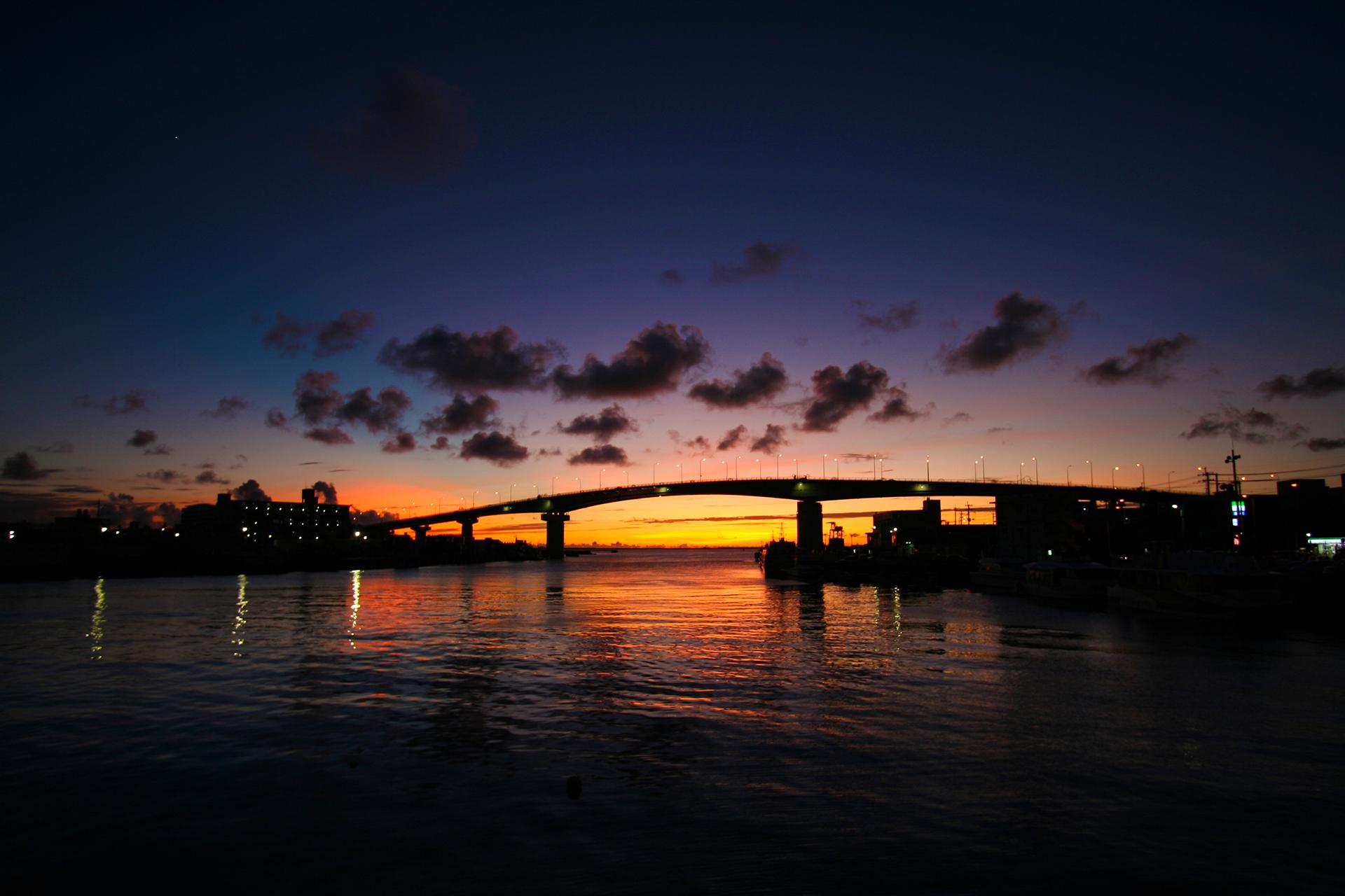 夕暮れの泊大橋 沖縄の風景