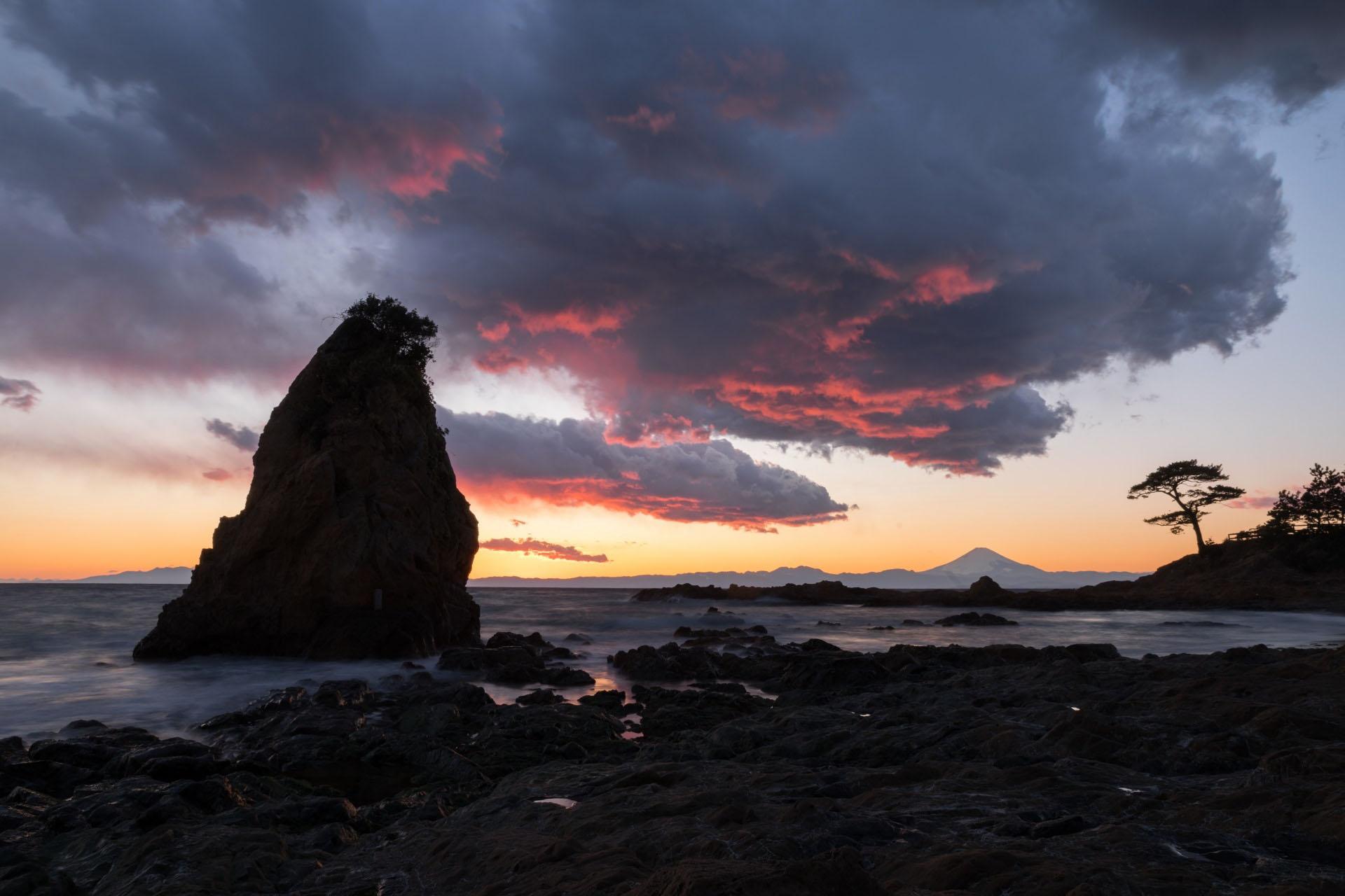 夕暮れの富士山と立石 神奈川の風景