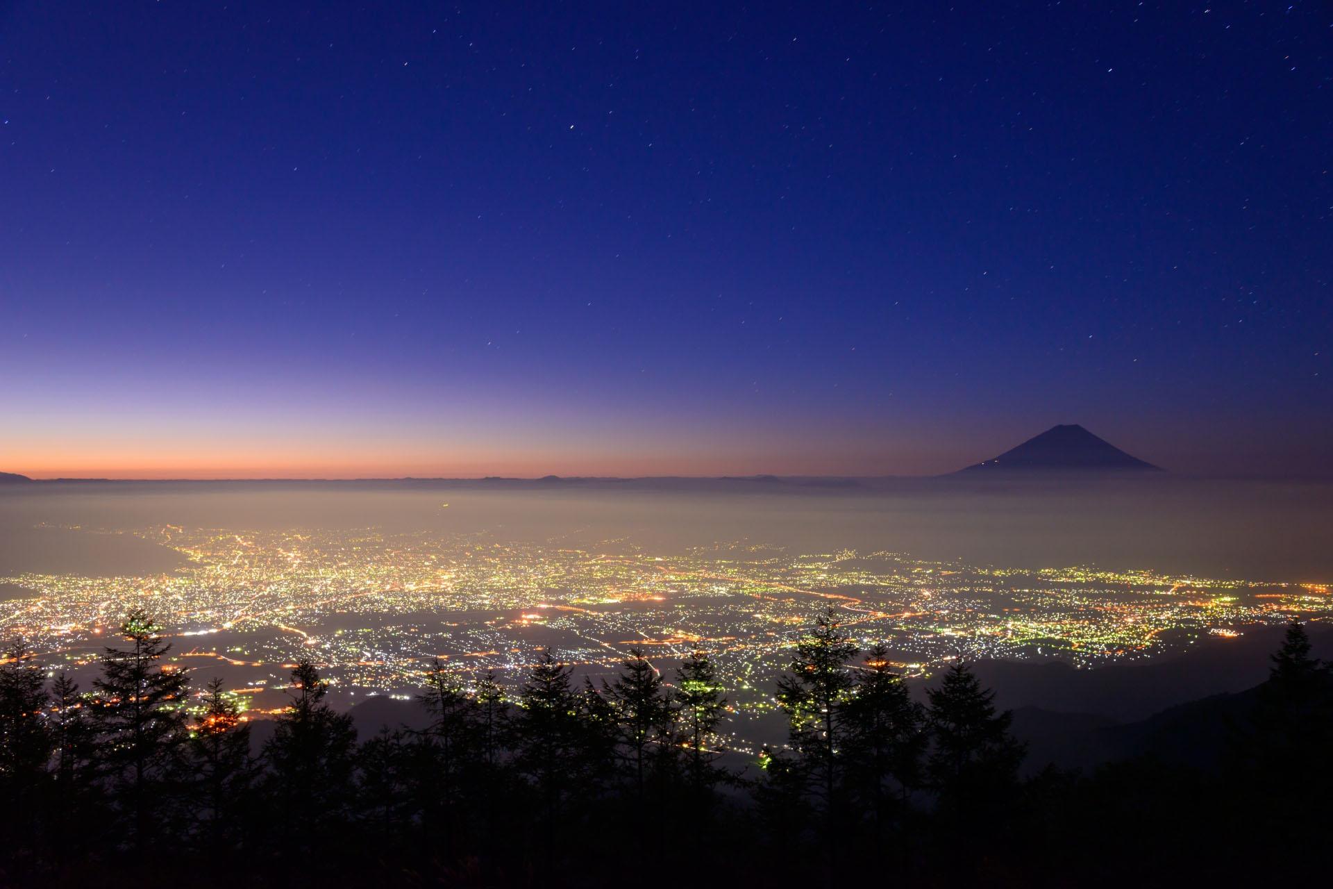 夜明けの甲府と富士山 山梨の風景