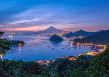 トワイライトタイムの駿河湾と富士山と沼津の町並みの風景