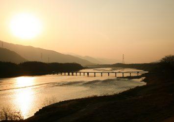 冬の夕暮れの吉野川 徳島の風景