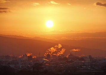 朝日を受けて輝く富士の町並み 静岡の風景