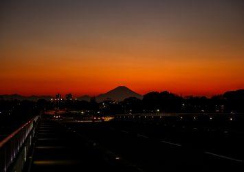 見沼大橋から見る夕暮れの富士山 埼玉の風景