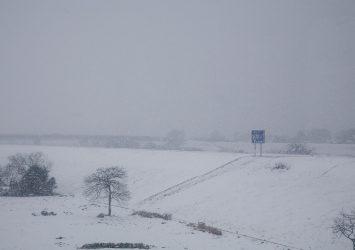 雪の鳴瀬川の土手の風景 宮城の風景