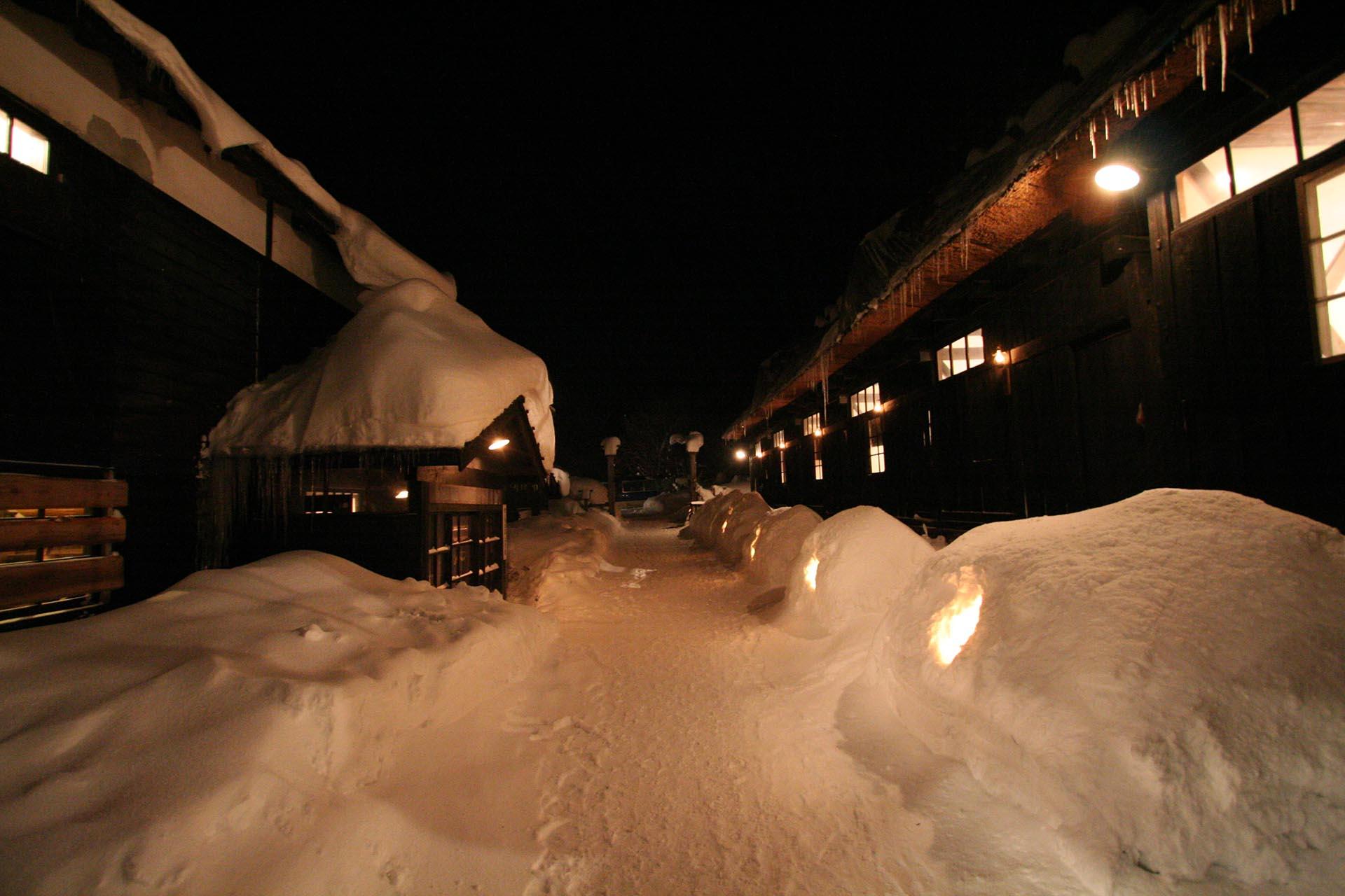 冬の夜の乳頭温泉 秋田の風景