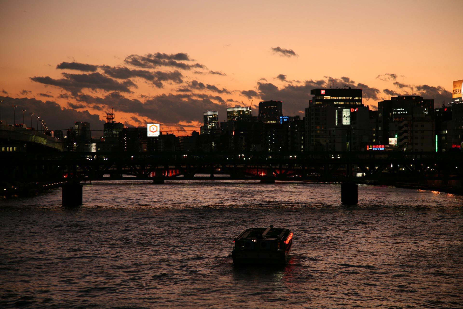 浅草 冬の夕暮れの隅田川 東京の風景