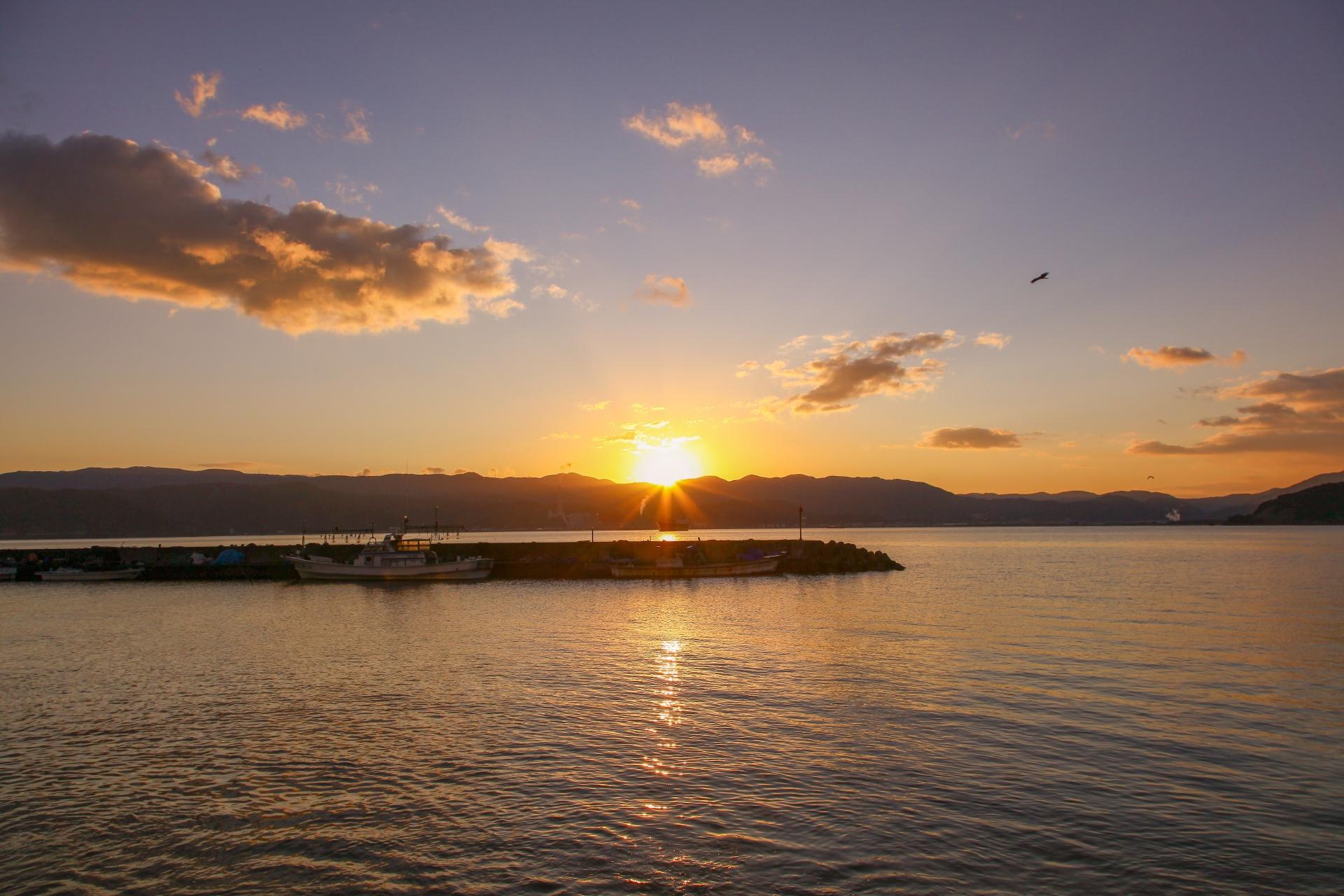 日本海の朝日 若狭湾 福井の風景