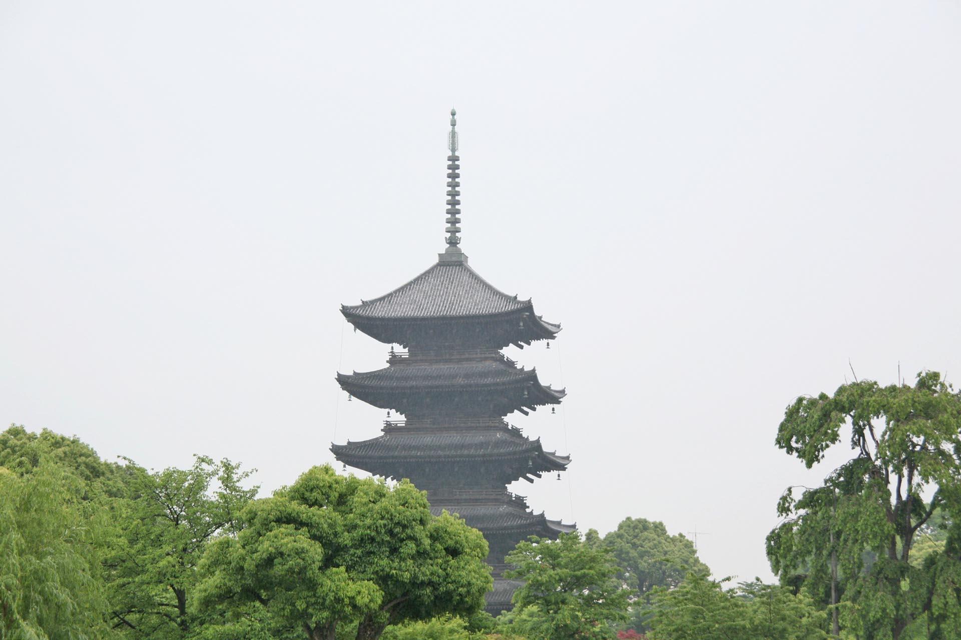 雨の中の東寺 京都の風景