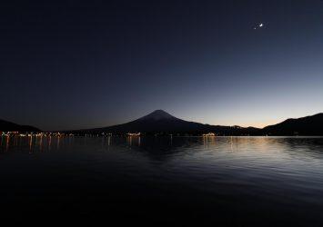 夜の富士山と河口湖 山梨の風景
