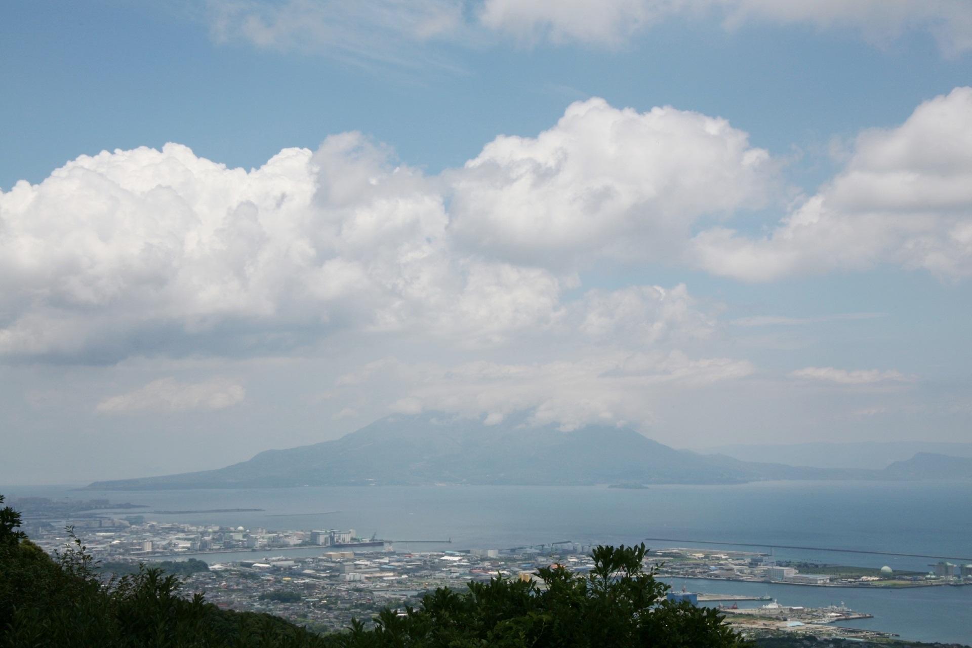 夏の桜島と鹿児島湾と鹿児島の街並み 鹿児島の風景
