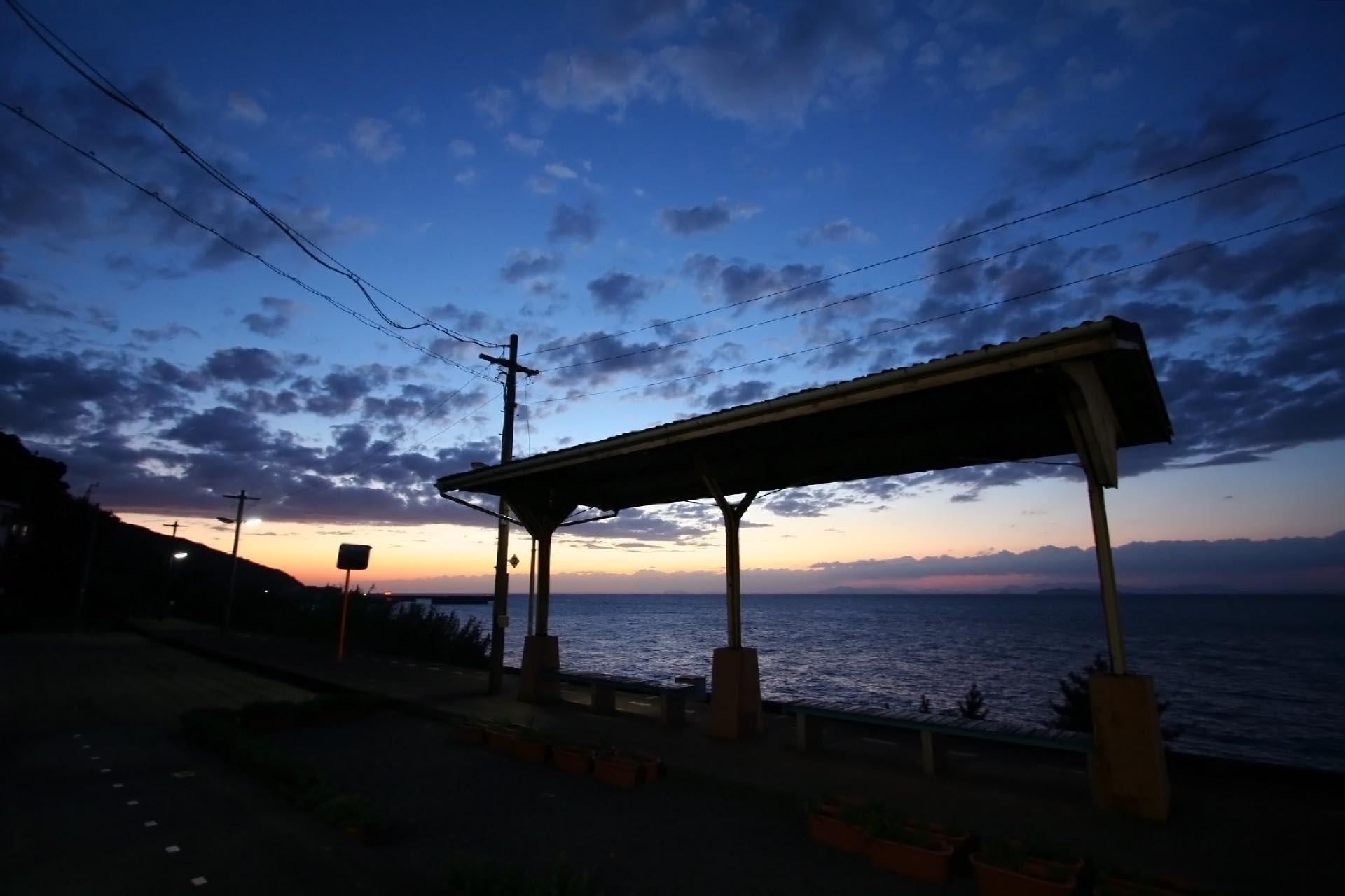 夕暮れの下灘駅 愛媛の風景