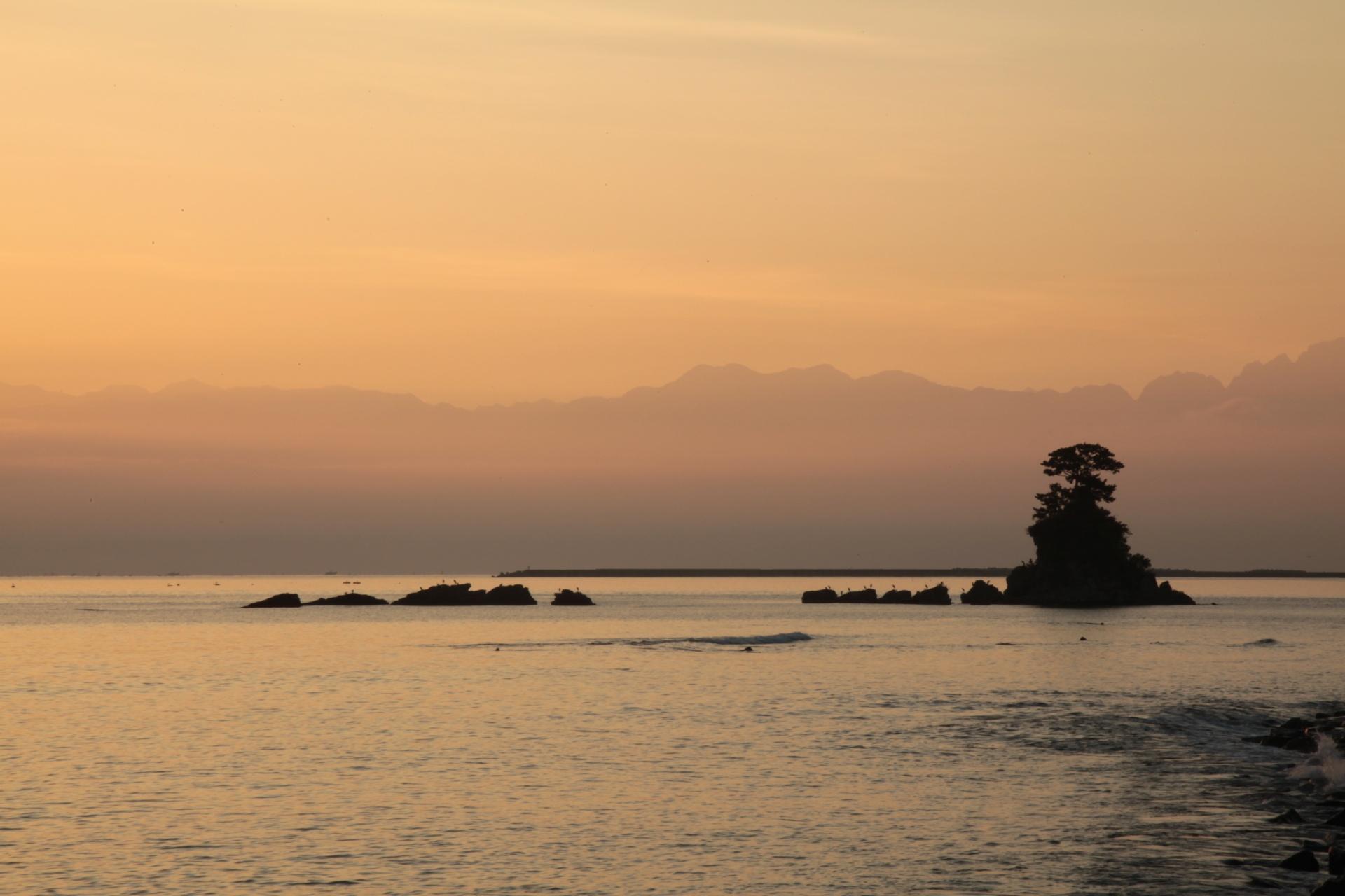 朝の雨晴海岸 富山の風景
