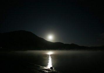満月と夜の田沢湖 秋田の風景