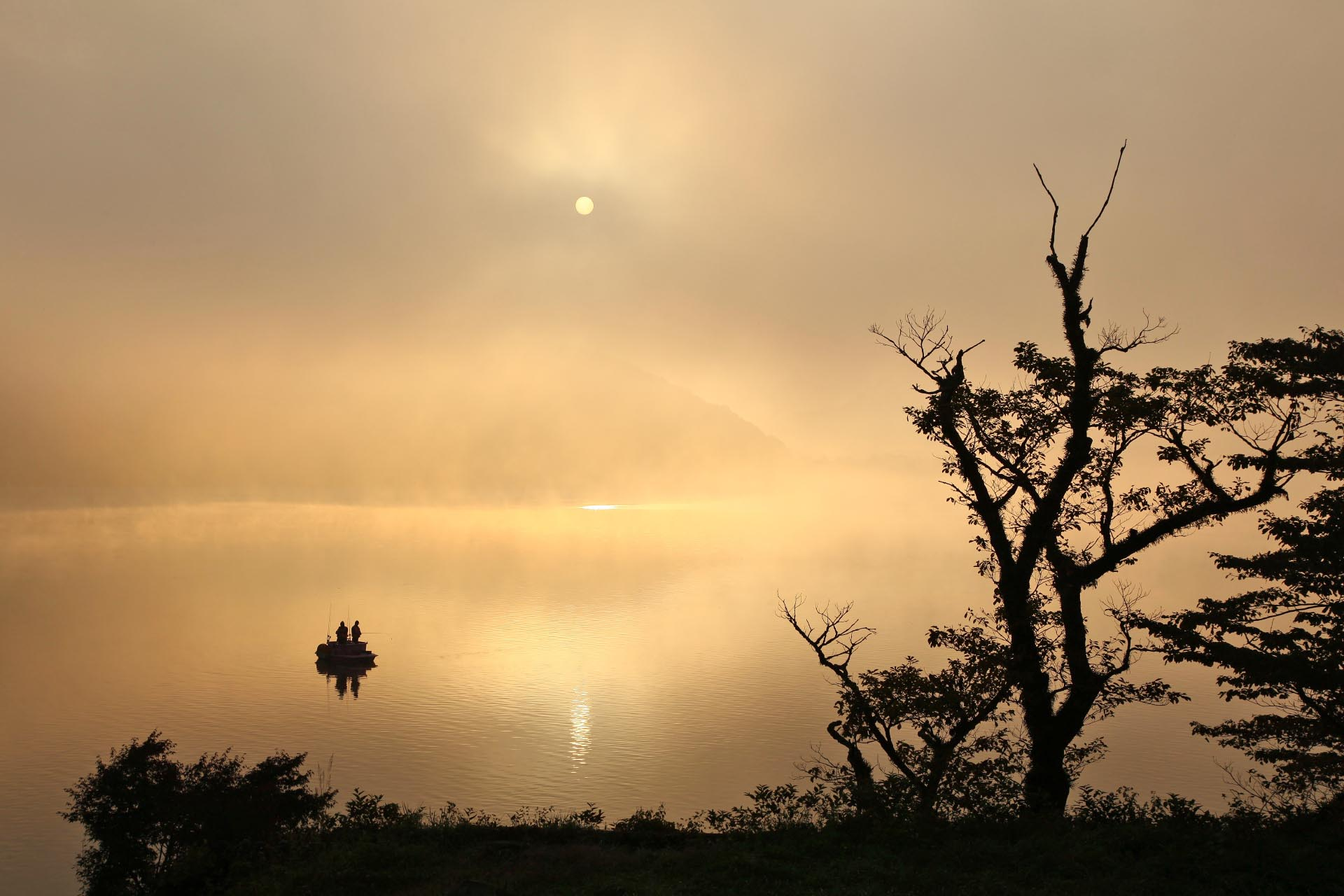 秋の朝の榛名湖 群馬の風景