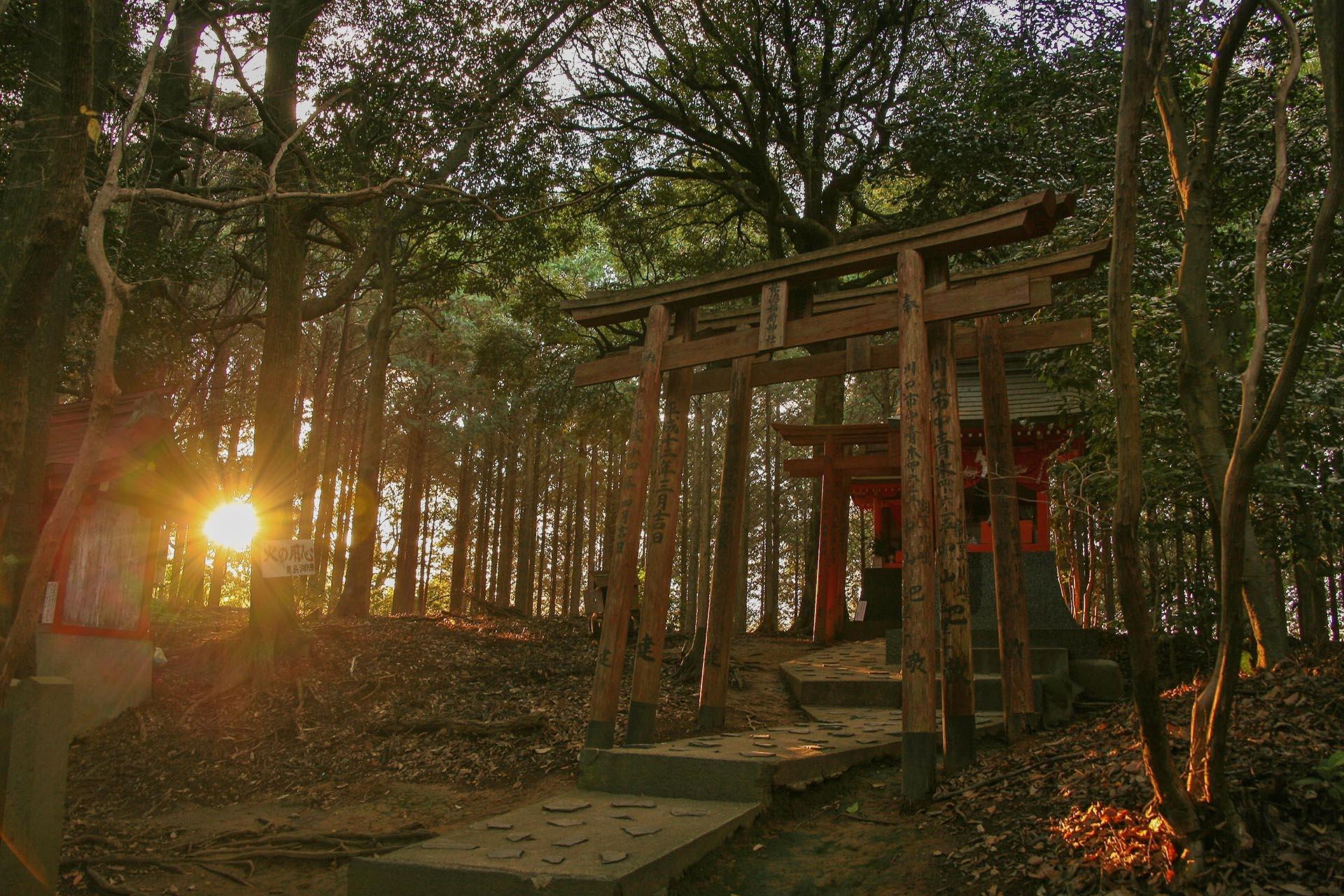 夕陽と祐徳稲荷神社奥の院 佐賀の風景
