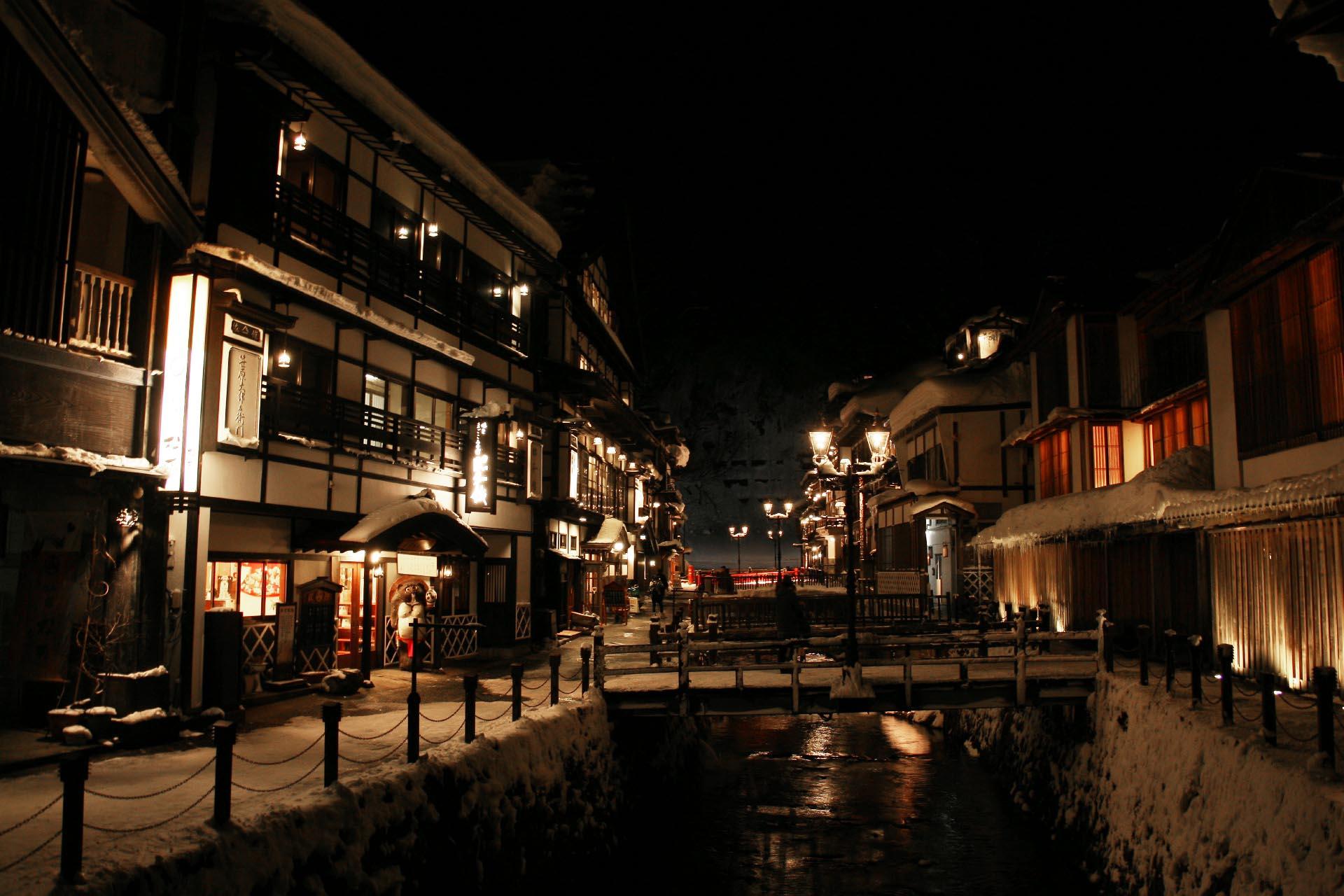 冬の夜の銀山温泉の風景 山形の風景