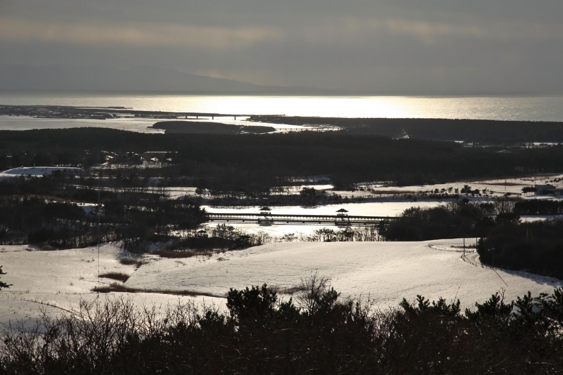 冬の十三湖と日本海の風景 青森の風景