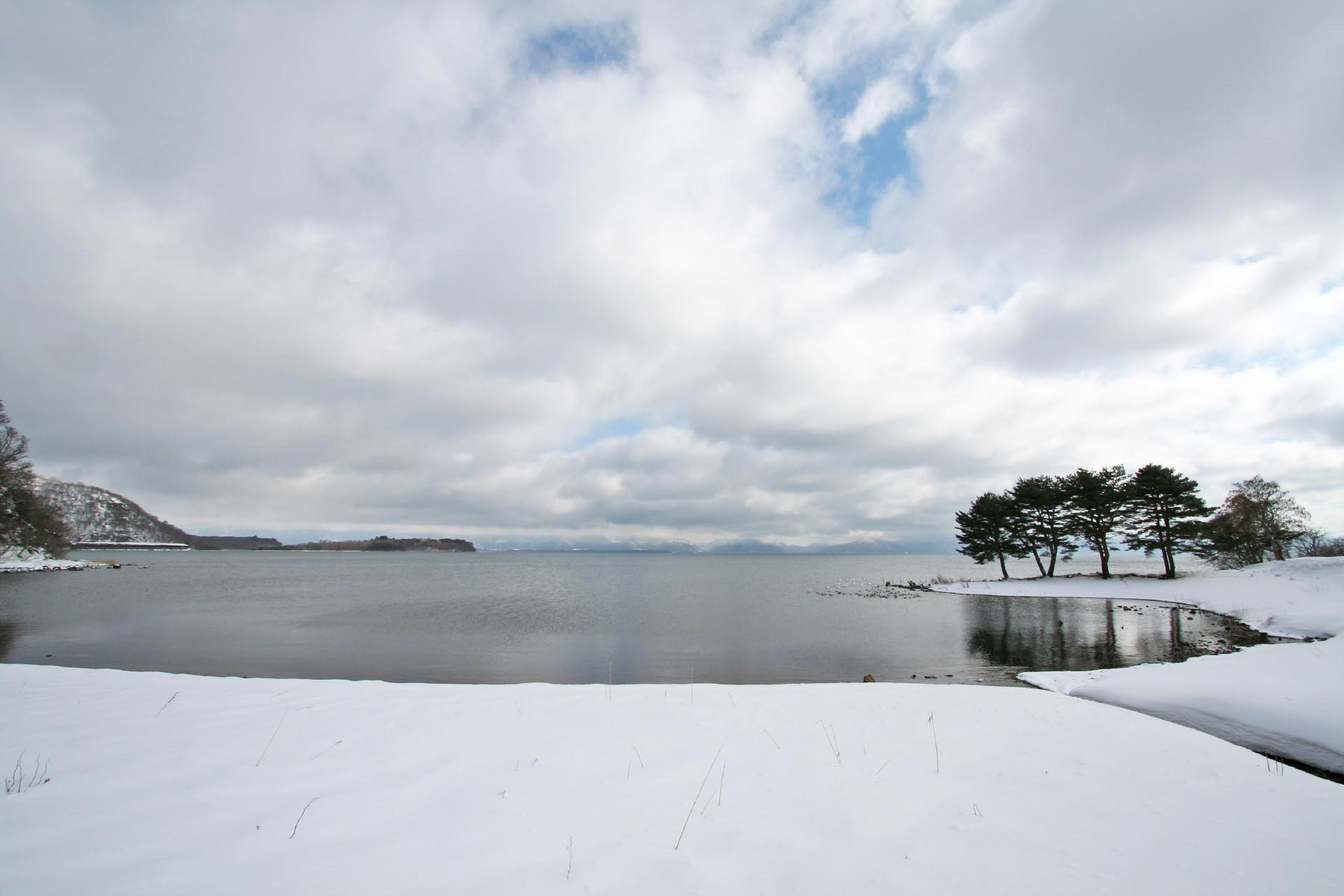冬の猪苗代湖 福島の風景