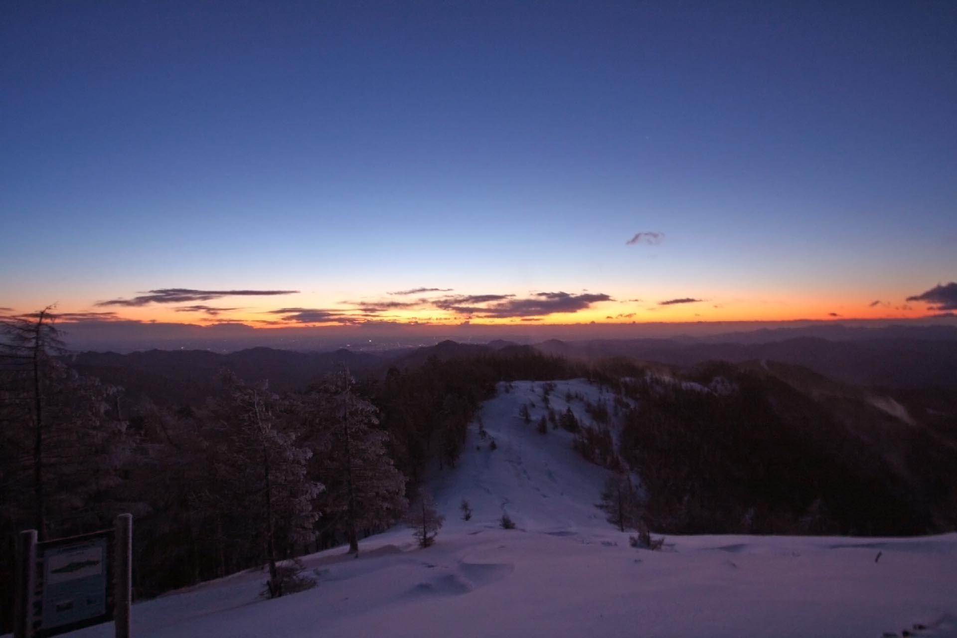 冬の早朝 雲取山の山頂から見る風景