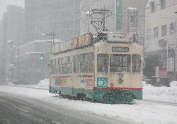 雪の中を走る路面電車 富山の風景