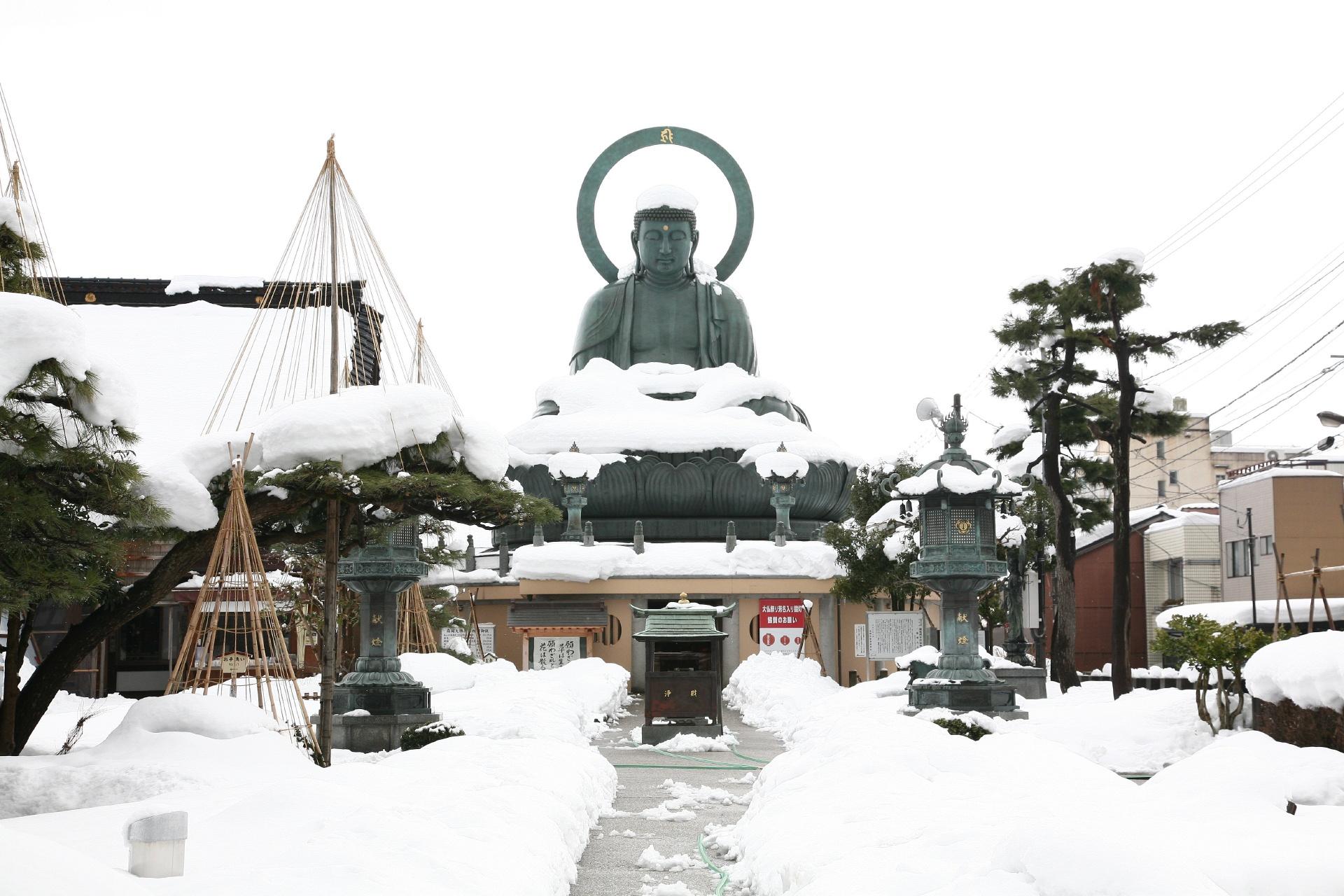 雪の中の高岡大仏 富山の風景