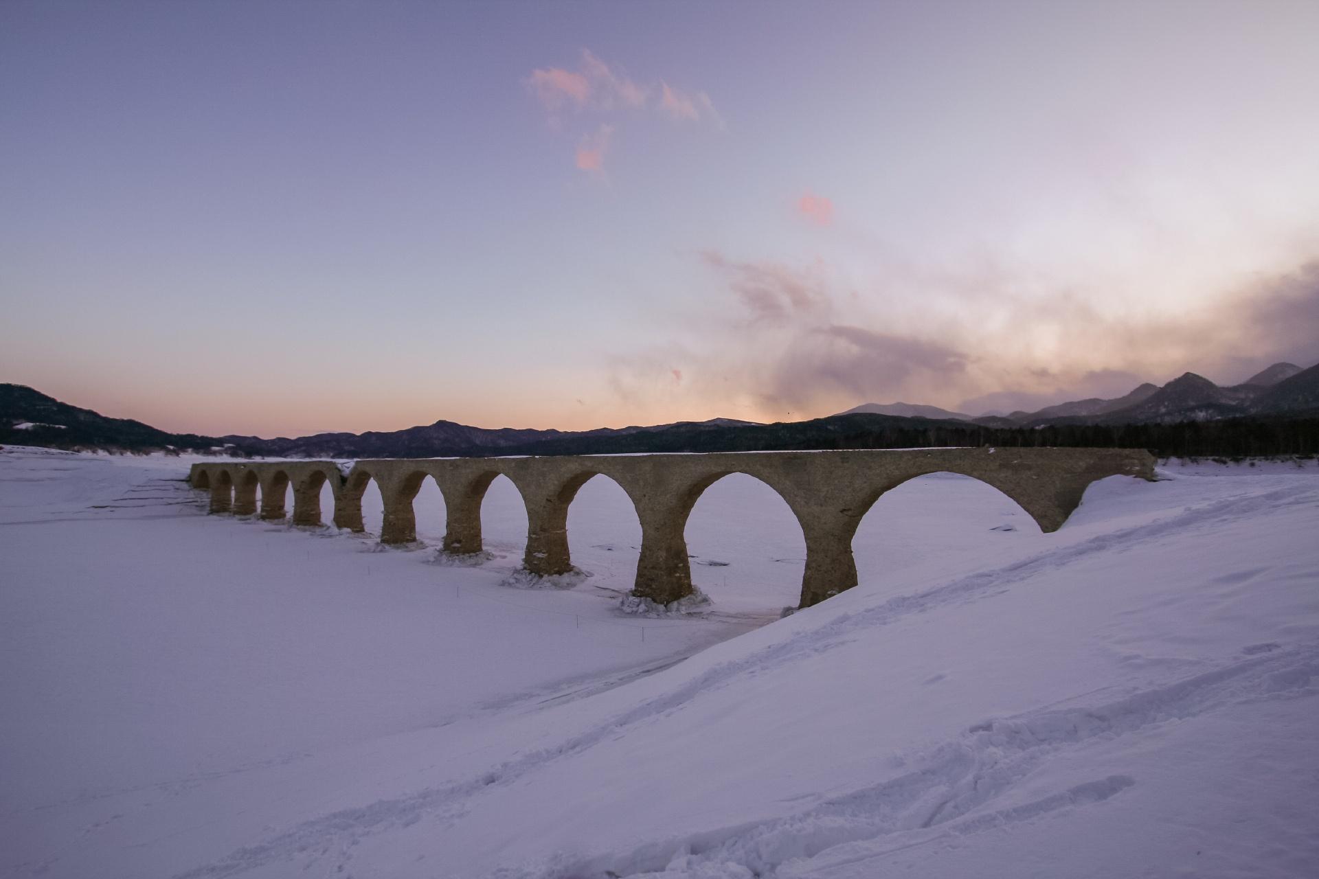 冬のタウシュベツ橋 北海道の風景