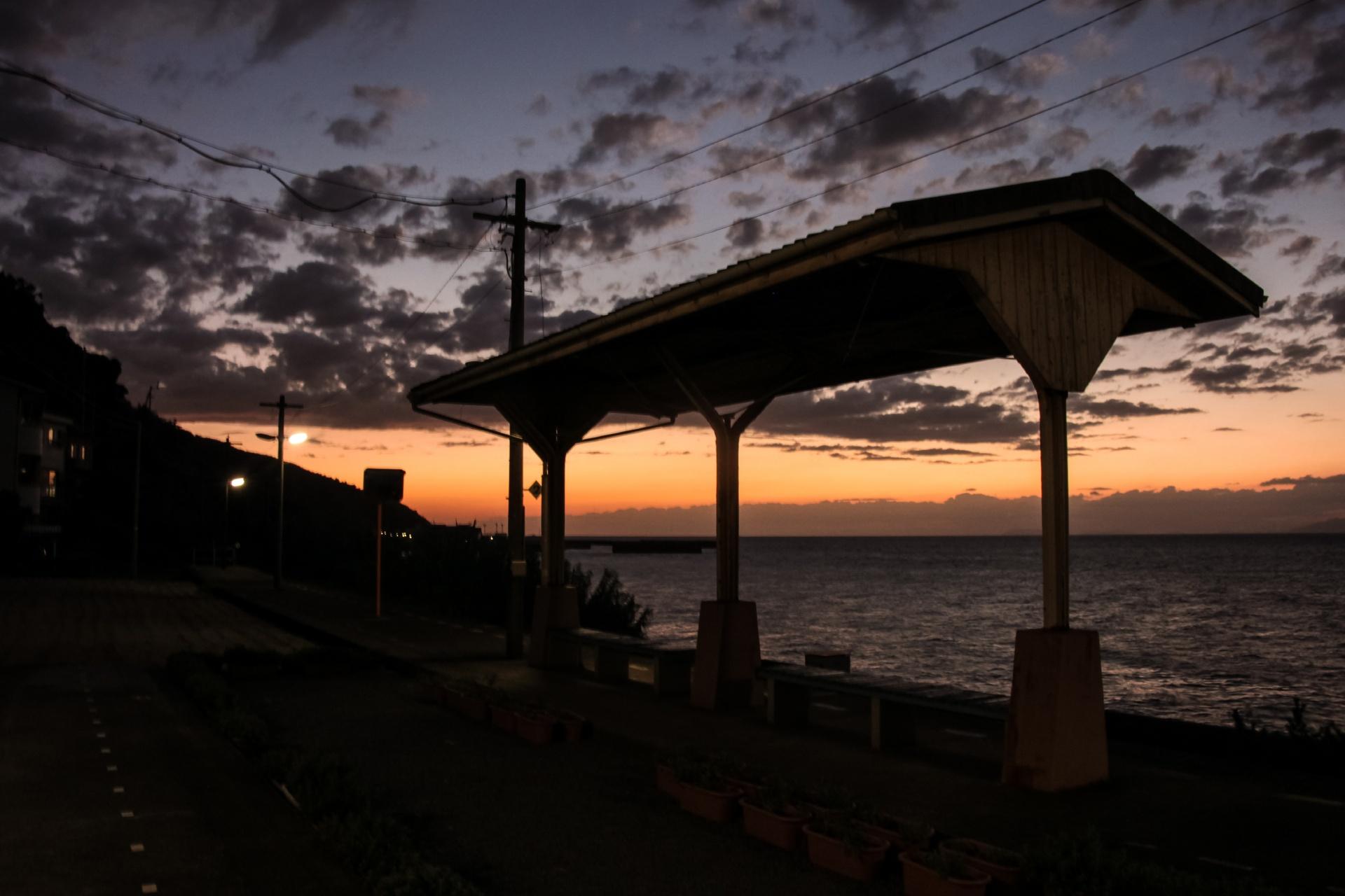 夕暮れの海と下灘駅 愛媛の風景