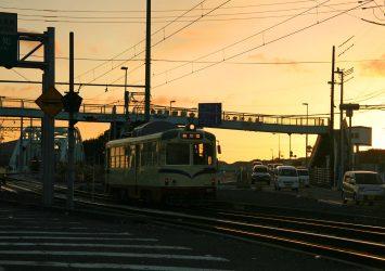 路面電車と朝焼けの空 高知の風景