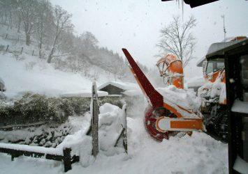 冬の乳頭温泉郷 鶴の湯温泉の除雪の風景 秋田の風景