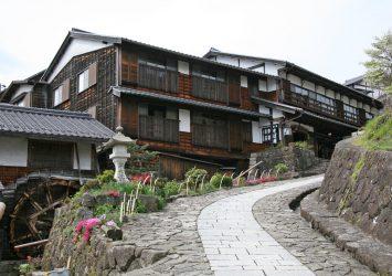 春の馬籠宿 岐阜の風景