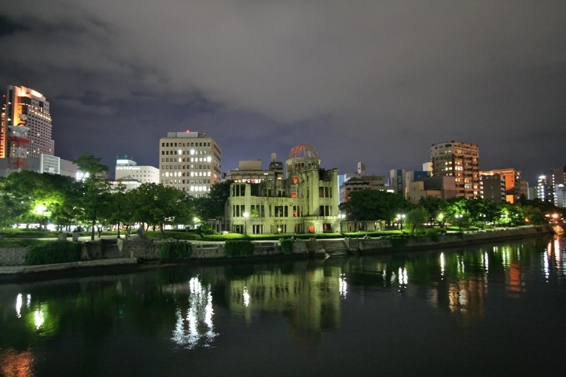 夜の原爆ドーム 広島の風景