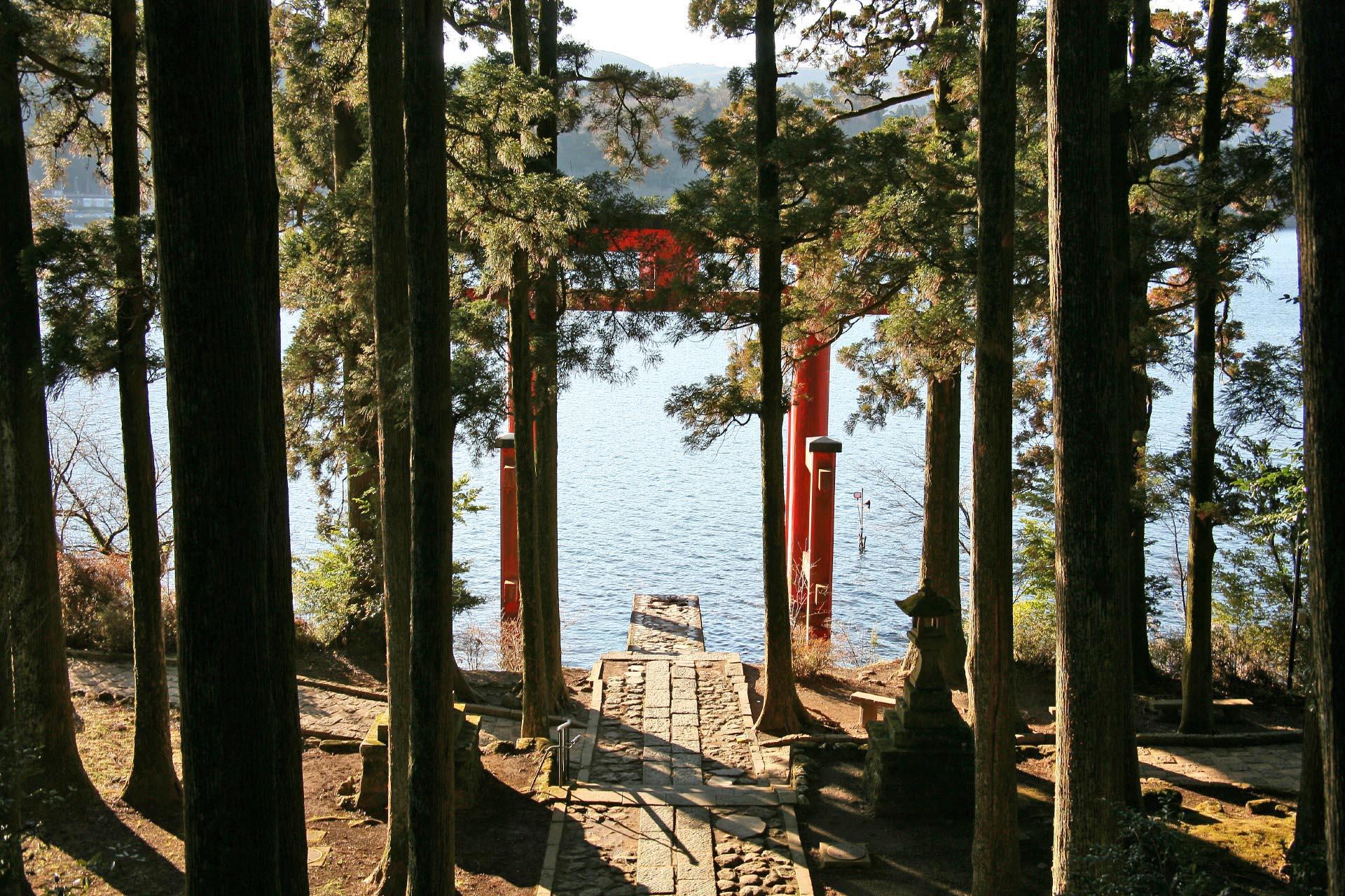 箱根神社「平和の鳥居」と芦ノ湖 神奈川の風景