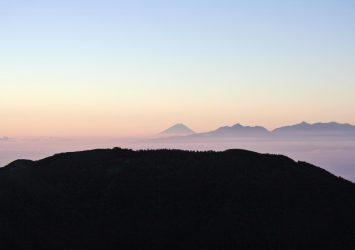 蝶ヶ岳山頂から見る朝の風景 富士山と南アルプスの山並み 長野の風景