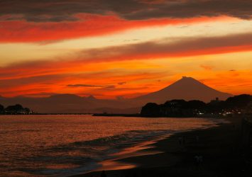 夏の夕暮れの湘南海岸と富士山 神奈川の風景