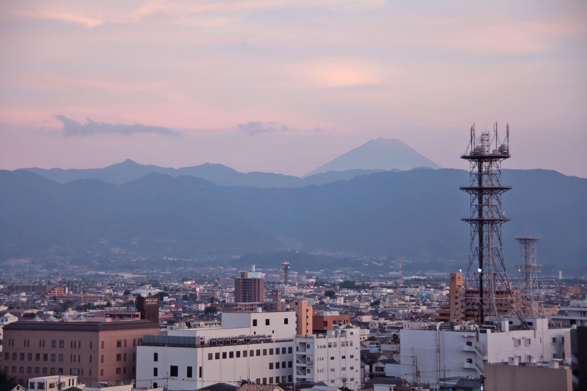 夏の夕暮れの富士山 山梨の風景